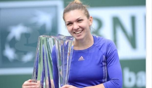 Simona Halep cu trofeul de la Indina Wells