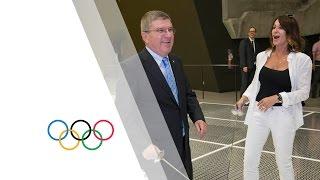 In timpul turului stadionului olimpic din Montreal, presedintele CIO Thomas Bach i-a oferit Nadiei Comaneci prima lectie de scrima